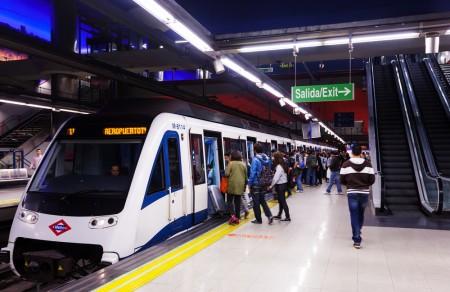 Ruim 60 metrostations in Madrid werden gerenoveerd en voorzien van LED verlichting.