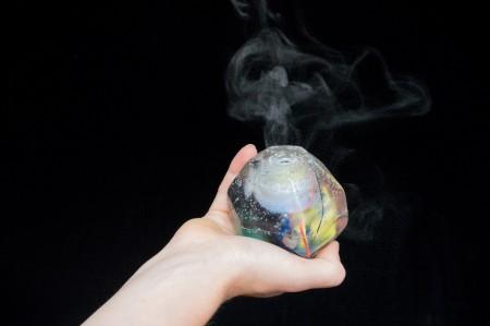 De glazen bol is zo ontworpen dat het gebruikers waarschuwt in het geval van een data lek van je telefoon, tablet of computer. Bron: Dezeen
